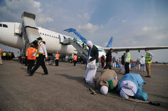 Muslim pilgrims arrived in Indonesia after finished the annual haj Royalty Free Stock Photos