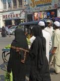 muslim shoppar beslöjade kvinnor royaltyfri foto