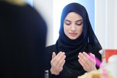 Free Muslim Woman Making Traditional Prayer To God Before Iftar Dinner With Family Royalty Free Stock Images - 180083499