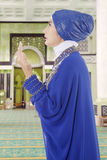 Muslim woman praying in mosque 1 Royalty Free Stock Images