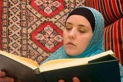 Muslim woman reading Koran Royalty Free Stock Photos