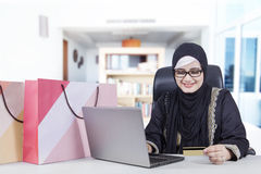 Muslim woman shopping online Royalty Free Stock Photography