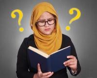 Muslimah affärskvinna Holding en bok Arkivbilder