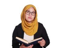 Muslimah affärskvinna Holding en bok Arkivfoton