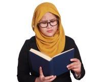 Muslimah affärskvinna Holding en bok Arkivbild