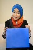 Muslimah bedrijfsvrouw in hoofdsjaal met blauwe raad stock foto