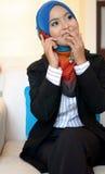 Muslimah bedrijfsvrouw in hoofdsjaal met mobiele telefoon royalty-vrije stock fotografie