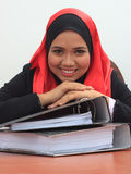 Muslimah business concept. Beautiful young muslim business woman with files, smiling to the camera Stock Photography