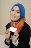 Muslimah-Geschäftsfrau im Kopftuch mit weißer Karte lizenzfreie stockfotos