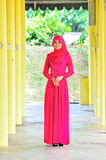 Muslimah夫人穿戴女衬衫和hijab 免版税库存照片