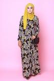 Muslimahmodel in modieuze kleding Stock Foto