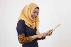 Musliman con el ipad simulado fotos de archivo libres de regalías