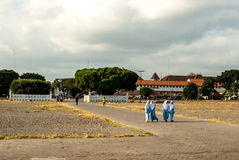 Muslimas joven que camina en azul a través del cuadrado de Kraton Imágenes de archivo libres de regalías