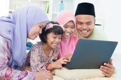 Muslimfamiljväxelverkan royaltyfri fotografi