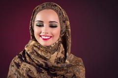 Muslimkvinnan med trevliga smycken Royaltyfria Foton