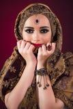Muslimkvinnan med trevliga smycken Royaltyfri Fotografi