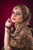 Muslimkvinnan med trevliga smycken Royaltyfria Bilder