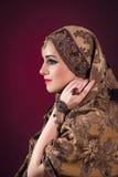 Muslimkvinnan med trevliga smycken Fotografering för Bildbyråer