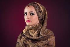 Muslimkvinnan med trevliga smycken Arkivbilder