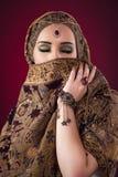 Muslimkvinnan med trevliga smycken Royaltyfri Foto