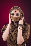 Muslimkvinnan med trevliga smycken Royaltyfri Bild