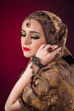 Muslimkvinnan med trevliga smycken Arkivfoto