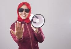 Muslimsk affärskvinna Calling eller erbjuda något med megafonen som annonserar marknadsföra begrepp arkivbilder