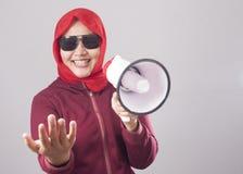 Muslimsk affärskvinna Calling eller erbjuda något med megafonen som annonserar marknadsföra begrepp arkivbild