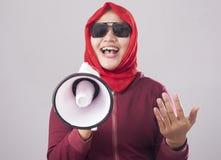 Muslimsk affärskvinna Calling eller erbjuda något med megafonen som annonserar marknadsföra begrepp royaltyfri bild