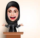 Muslimsk arabisk kvinna som framme talar i mikrofon av konferensen för klokt Royaltyfri Fotografi