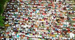 Muslimsk bön väntande på be Eid Al Fitr stock video
