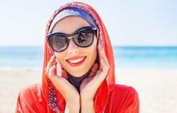 Muslimsk caucasian kvinna (för ryss som) bär den röda klänningen fotografering för bildbyråer