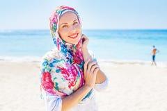 Muslimsk caucasian kvinna (för ryss som) bär den röda klänningen royaltyfri fotografi