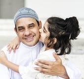 Muslimsk fader och hans dotter royaltyfria foton