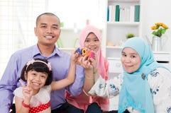 Muslimsk familj hemma Arkivbilder