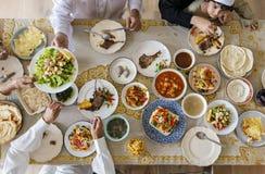 Muslimsk familj som har en Ramadanfestmåltid royaltyfri fotografi