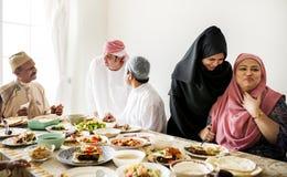Muslimsk familj som har en Ramadanfestmåltid arkivbilder