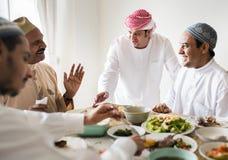 Muslimsk familj som har en Ramadanfestmåltid royaltyfria foton