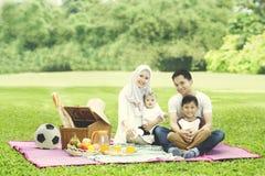 Muslimsk familj som har picknick i parkera Fotografering för Bildbyråer