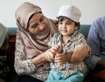 Muslimsk familj som kopplar av i hemmet royaltyfri foto