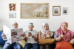 Muslimsk familj som läser nyheterna royaltyfri fotografi