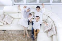 Muslimsk familj som uttrycker deras lycka fotografering för bildbyråer
