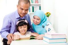 Muslimsk familjläsning royaltyfri bild