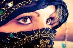 Muslimsk flicka i studio Fotografering för Bildbyråer