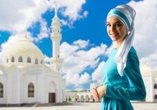 Muslimsk flicka på moskébakgrund Arkivfoton