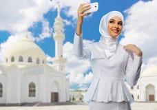 Muslimsk flicka på moskébakgrund Royaltyfria Foton