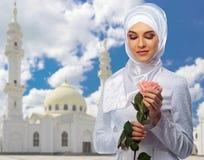 Muslimsk flicka på moskébakgrund Fotografering för Bildbyråer