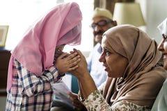 Muslimsk flicka som ber respekt till modern royaltyfri fotografi