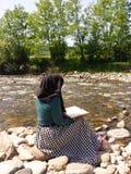 Muslimsk flicka som läser den heliga boken Arkivbild