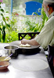 Muslimsk grabb som lagar mat en roti arkivbilder